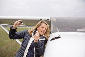 Die Pilotin Manon Domizlaff prüft ihr Flugzeug