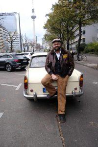 Zufrieden lehnt Matthias Zierau an seinem Oldtimer.