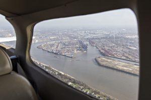 Luftaufnahme des Hamburger Hafens aus dem Flugzeug