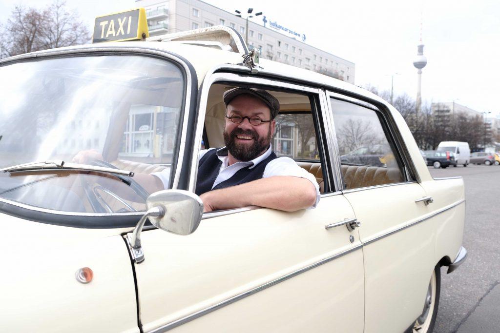 Kein anderes Taxi ist älter: Matthias Zierau ist stolz auf seinen Peugeot 404.