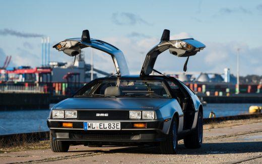 Ein umgebauter DeLorean im Hamburger Hafen