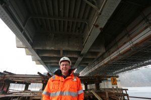 Brückenabriss-Arbeiter Carsten Sternberg unter der Petersdorfer Brücke