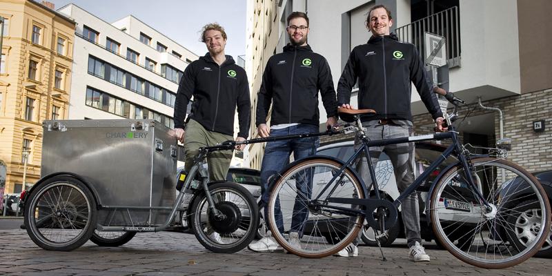 Berliner Start-up CHARGERY liefert Strom für schlappe E-Autos auf Bestellung per Fahrradkurier samt Akku-Anhäner direkt zum Auto.