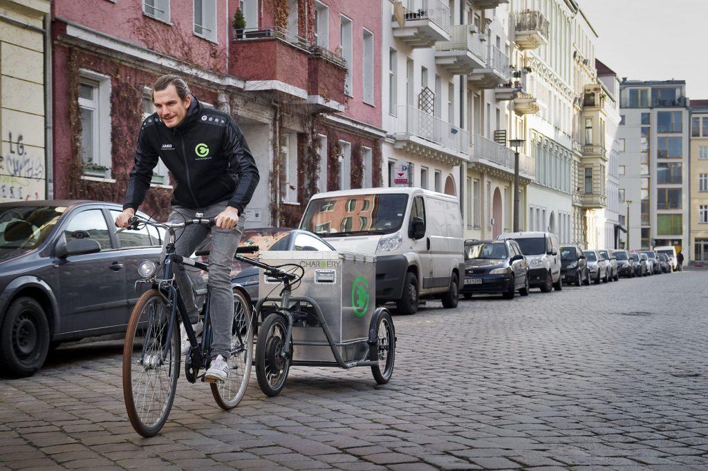 Das Berliner Startup CHARGERY liefert Strom für schlappe E-Autos auf Bestellung per Fahrradkurier samt Akku-Anhänger direkt zum Auto.