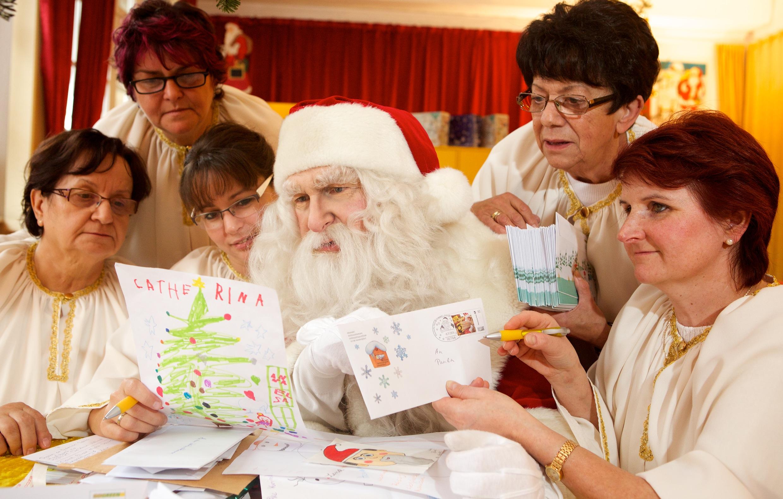 Mit Sorgfalt lesen der Weihnachtsmann und seine Helfer jeden Brief. Beantwortet wird jeder.