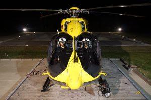 Im Gegensatz zu Einsätzen bei Tag besteht die Crew eines Rettungshubschraubers bei Nacht aus zwei statt nur einem Piloten sowie einem Notarzt und einem Notfallsanitäter